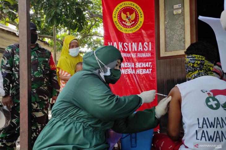 Lansia dan penerima bantuan pemerintah menjadi sasaran vaksinasi 'door to door' BIN di HST