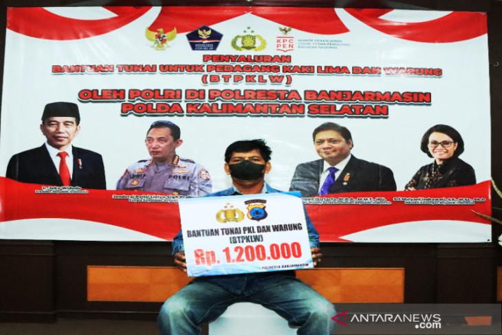 Polresta Banjarmasin salurkan bantuan Presiden tahap pertama untuk PKL dan warung