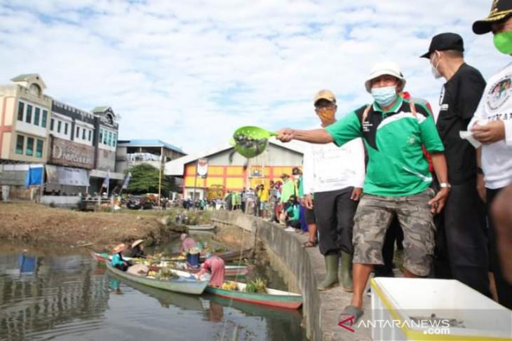 Satu juta anak ikan Papuyu ditebar di Sungai Veteran Banjarmasin