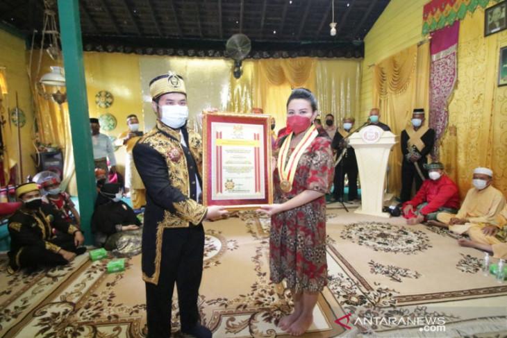 Karolin dapat gelar kehormatan sebagai Putri Permata Jaya Negeri Ismahayana