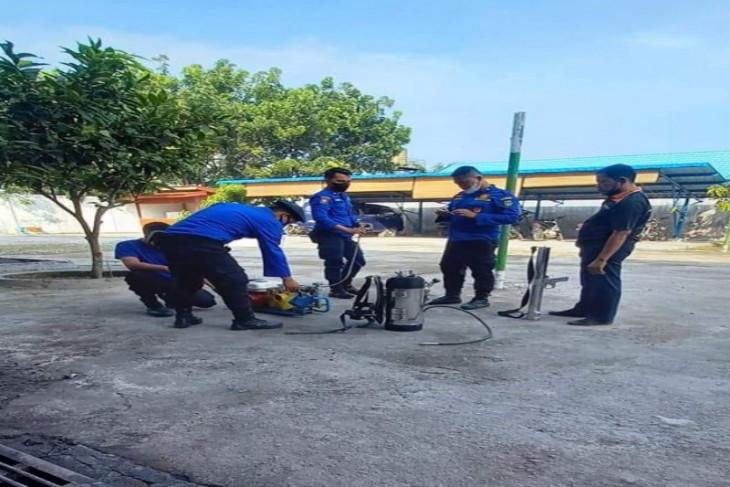 Personel Damkar usir monyet liar serbu rumah warga