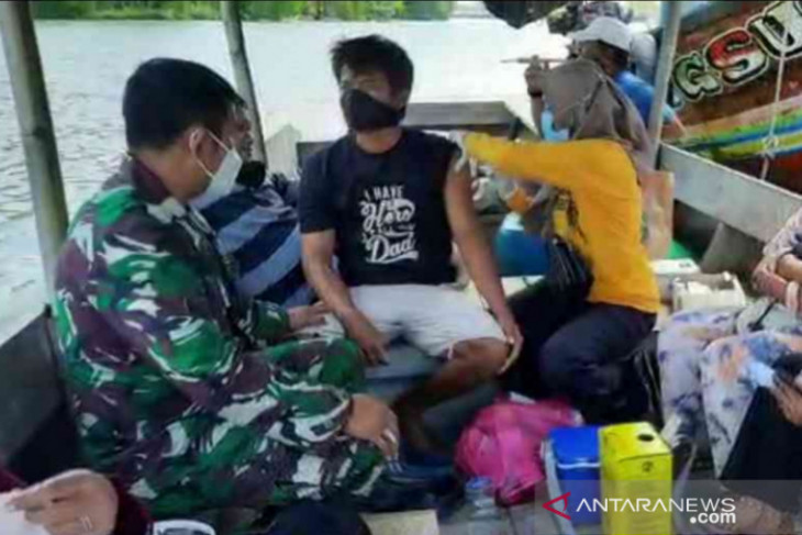 Nelayan di Muaragembong Bekasi dapat layanan vaksinasi di atas perahu