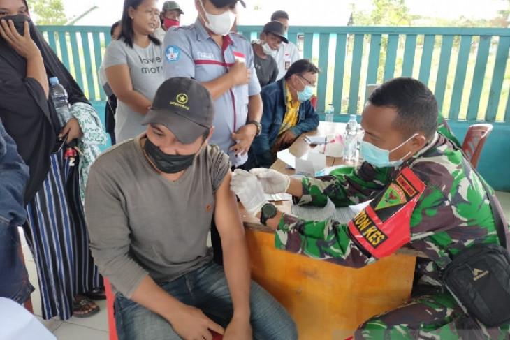 Tim Kesehatan Satgas TNI layani vaksinasi warga di perbatasan