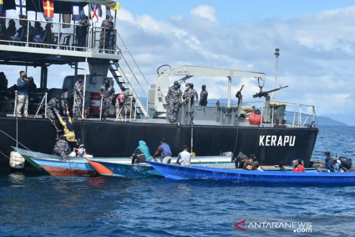 KRI Kerapu layani vaksinasi nelayan di tengah laut di wilayah Sorong