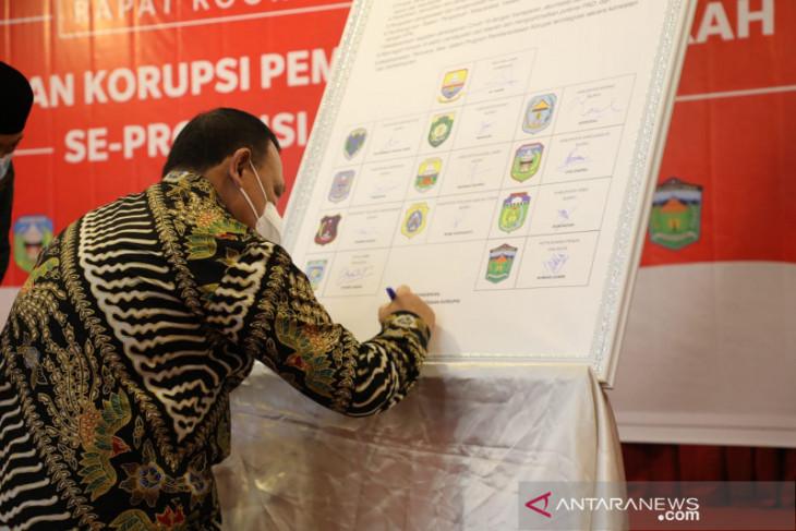 12 kepala daerah  Jambi tanda tangani komitmen tidak korupsi