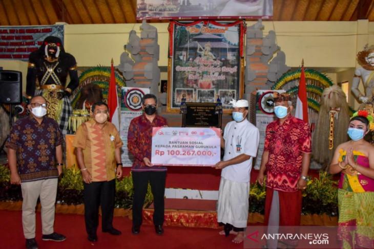 OJK Bali Nusra beri Rp100 juta untuk renovasi Pasraman Gurukula