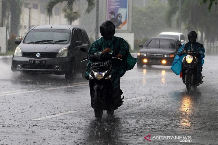 Waspadai hujan lebat disertai angin kencang di sejumlah provinsi