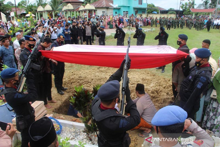 Isak tangis keluarga sambut kedatangan jenazah anggota Brimob gugur di Papua