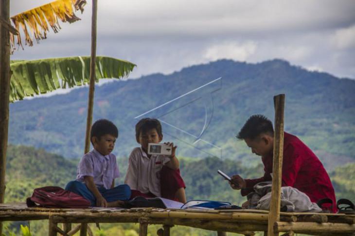 Susah sinyal pelajar di Kalsel belajar di puncak bukit