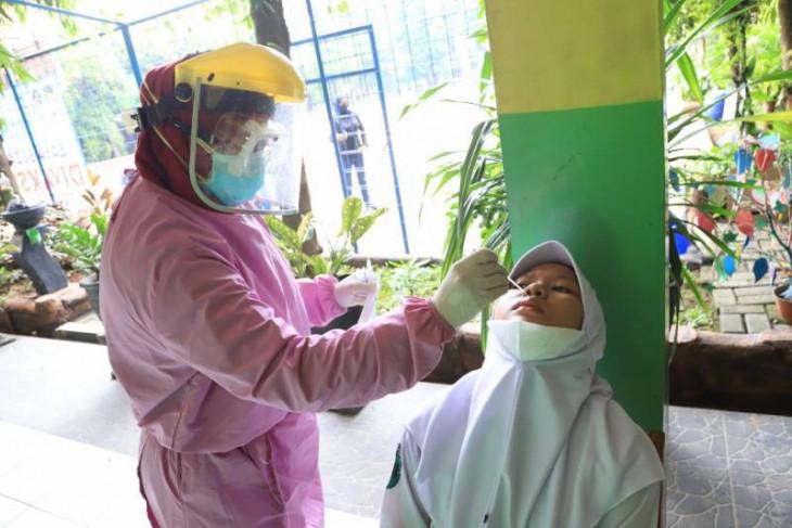 Dinkes Kota Tangerang gelar tes COVID-19  di sekolah terapkan PTM