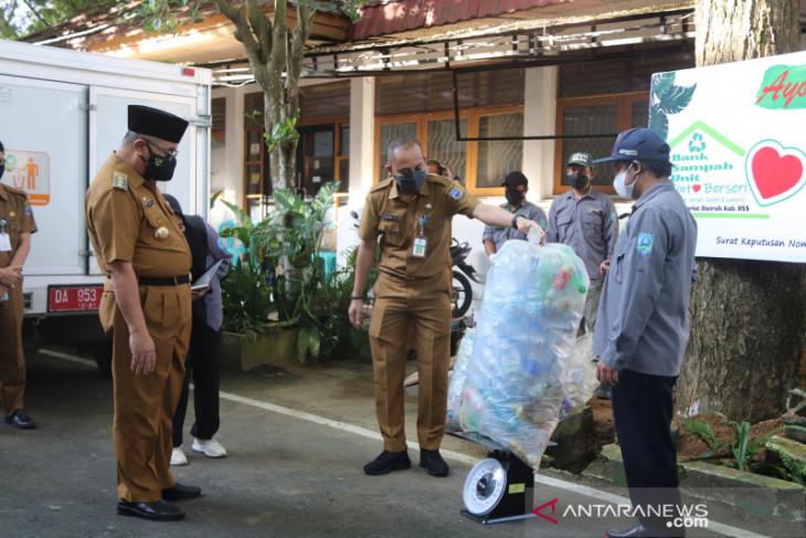 Aksi bersih-bersih pilah sampah di peringatan WCD HSS