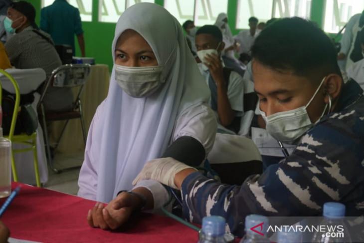 Lantamal IX - Kemenag Maluku vaksinasi 1.200 ASN dan siswa di Salahutu perangi corona