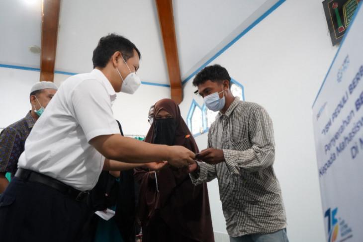 YBM PLN Ternate salurkan bantuan beasiswa dan pemasangan listrik wujud kepedulian sosial