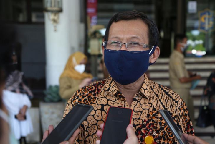 Surabaya traditional market adopts cashless transaction method