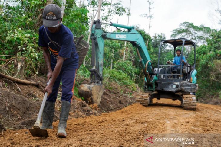 PT Timah bangun jalan usaha tani di Desa Limbung Bangka Barat