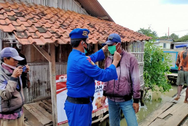 Polisi bagikan masker kepada masyarakat pesisir Kabupaten  Tangerang
