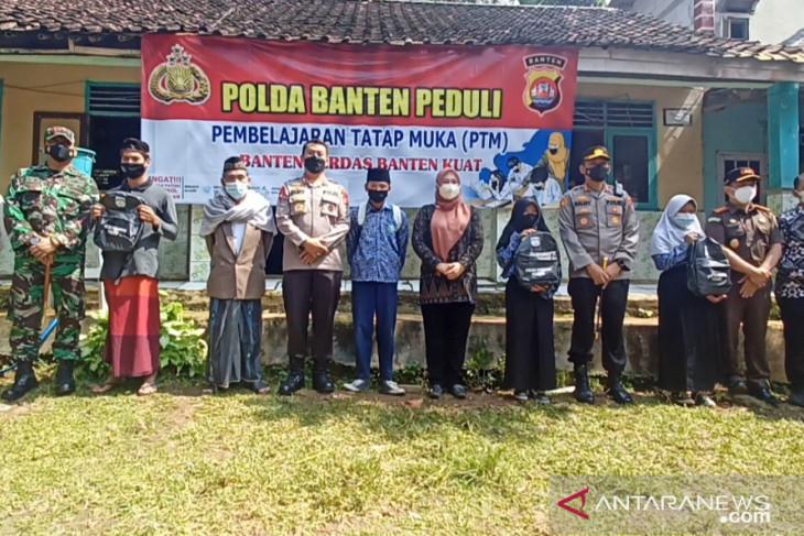 Kapolda Banten tinjau pembelajaran tatap muka dan bagikan masker di Pandeglang
