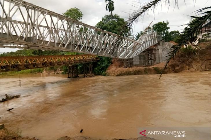 Masih dalam pengerjaan, jembatan di Bengkulu Tengah ambruk