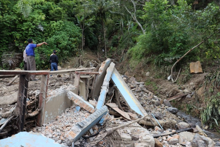 Kapolres Simalungun tinjau lokasi longsor Sipolha