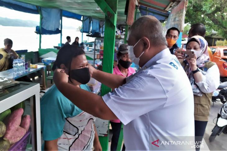 BNPB bagi 2.000 masker di lokasi wisata Pantai Natsepa Ambon cegah COVID -19