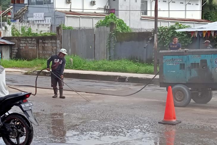 Jalan di kota Sorong diaspal menjelang kunjungan Presiden