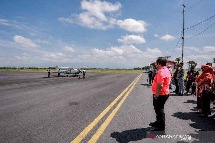 Pesawat Cessna uji coba penerbangan wisata keliling Jember.
