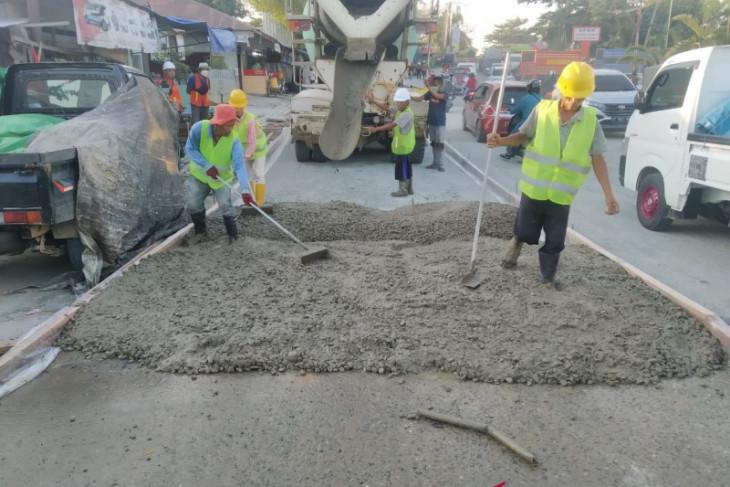 Dinas PU Kukar lakukan perbaikan jalan rusak di depan SPBU Tenggarong