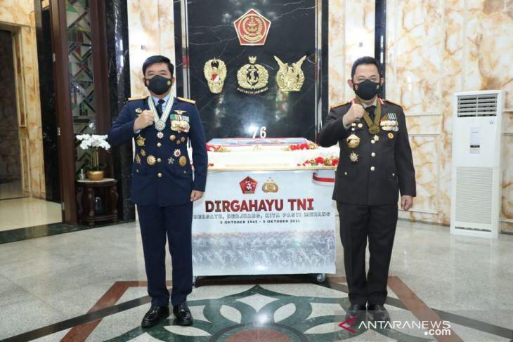 Panglima TNI terima kejutan dari Kapolri pada HUT Ke-76
