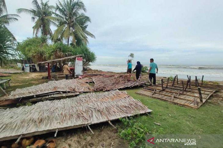 Puluhan pondok wisata pantai di Aceh Timur ambruk