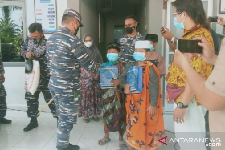 TNI-AL Lanal Tanjungbalai Asahan khitan 20 anak kurang mampu