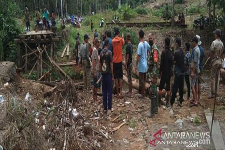 Babinsa dan masyarakat bangun jembatan darurat di daerah terpencil