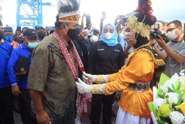 Kafilah Papua Barat tiba pertama kali di STQN Maluku Utara jadilah tuan rumah yang baik