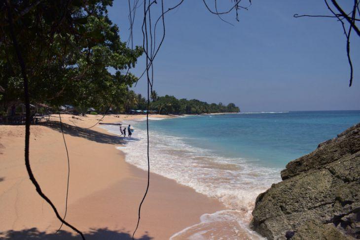 Merenungkan keindahan Indonesia di pantai tertimurnya di Base G