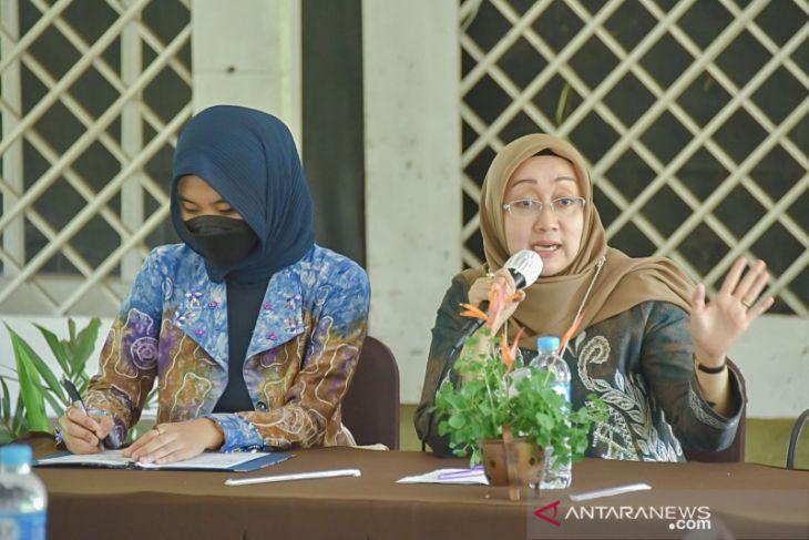 Anggota DPRD Kalsel Hj Dewi terima keluhan guru PAUD