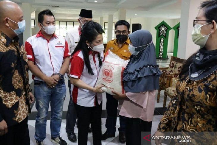 Pemkot Singkawang serahkan bantuan cadangan beras kepada 6.000 KK