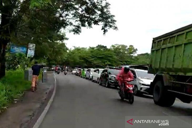 Evakuasi truk, jalur Danau Dendam Tak Sudah macet
