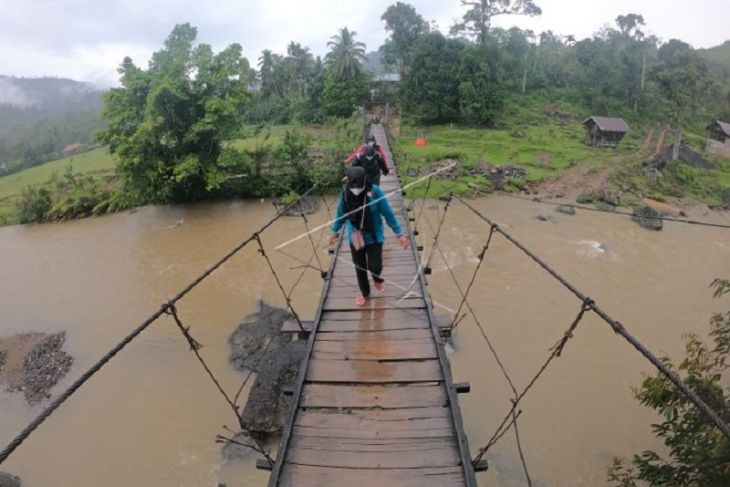 Akses jalan desa terisolir di Jambi
