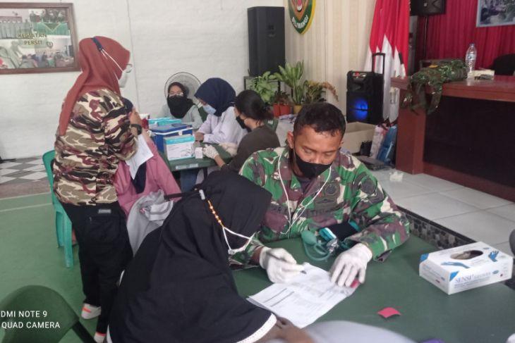Antusias warga ikut vaksinasi di Markas Kodim Lebak