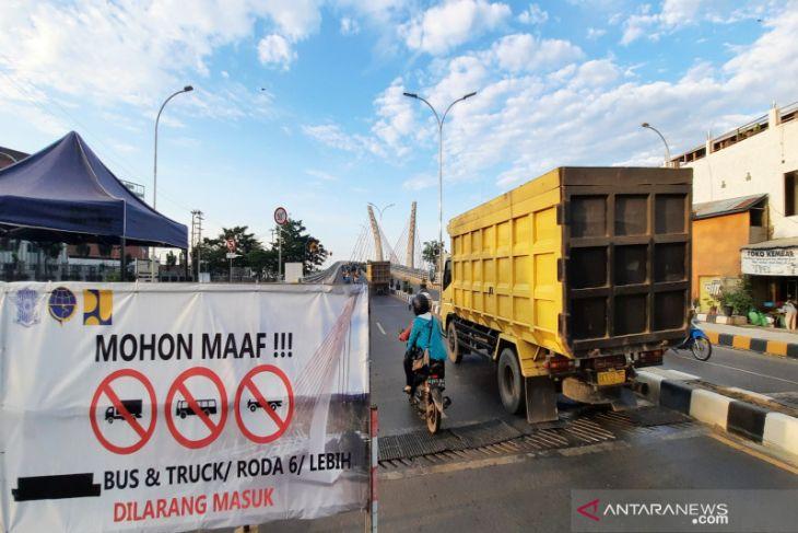 Polda Kalsel belum perbolehkan truk melintas di Jembatan Sei Alalak