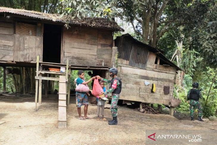 TNI bagikan sembako ke rumah warga di perbatasan RI-PNG