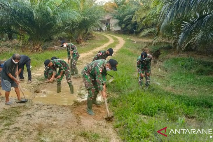 TNI bersama warga gotong royong perbaiki jalan rusak di batas RI-Malaysia