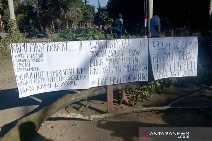 Tuntut janji bupati saat kampanye, warga empat desa di Nagan Raya blokir jalan