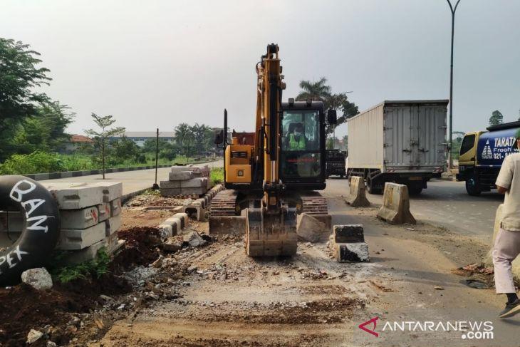 Baru tiga bulan dipasang, pembatas jalan sepanjang 4,8 kilometer di Sentul Bogor dibongkar ulang (video)