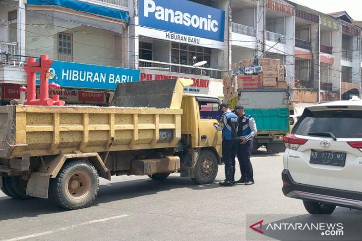 Forum LLAJ Kota Singkawang tilang truk yang langgar aturan