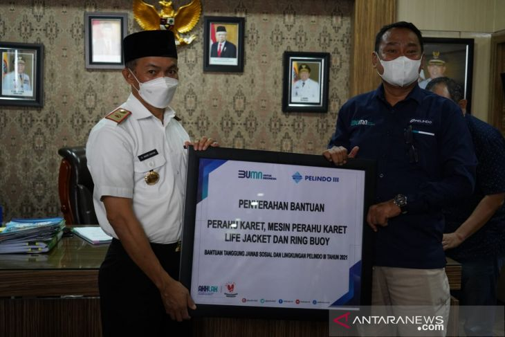 PT. Pelindo Batulicin serahkan bantuan perahu karet ke pemerintah daerah