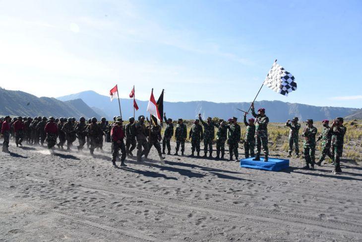 Gubernur AAL dampingi Kasal lepas lintas medan Pendidikan Komando Marinir di Bromo