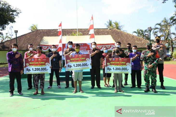 Bupati Klungkung serahkan Bantuan Tunai kepada Pedagang Kaki Lima dan Warung