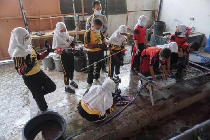 Pelatihan membatik siswa SD
