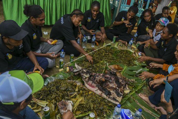 Pesta bakar batu tim sepak bola putri Papua