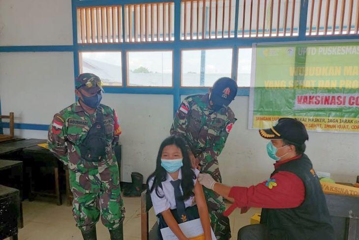 TNI-Puskesmas gelar vaksinasi pelajar di perbatasan Indonesia